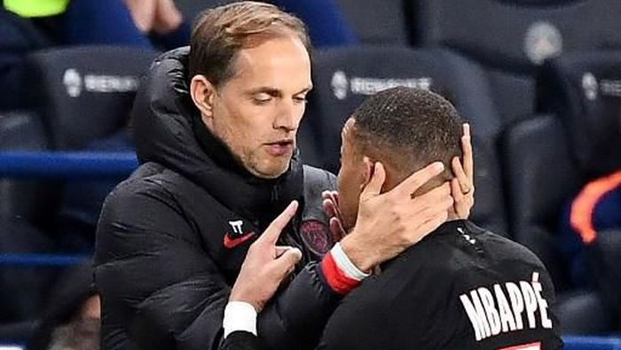 Paris Saint-Germains French forward Kylian Mbappe (R) speaks with Paris Saint-Germains German coach Thomas Tuchel as he leaves the pitch after his substitution during the French L1 football match between Paris Saint-Germain (PSG) and Montpellier Herault SC at the Parc des Princes stadium in Paris, on February 1, 2020. - Paris Saint-Germain coach Thomas Tuchel admitted Neymars latest lavish birthday celebrations were a