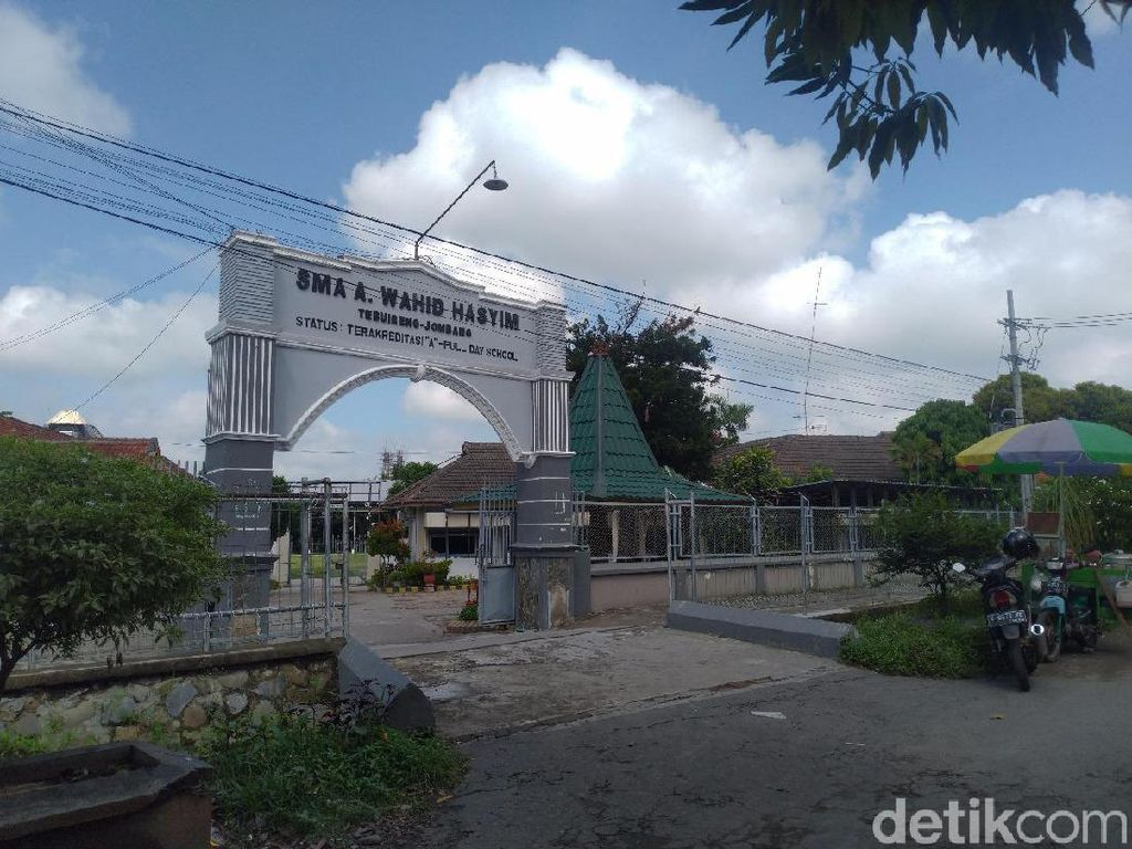 Gus Sholah Wafat, Belasan Sekolah Yayasan Hasyim Asyari Diliburkan