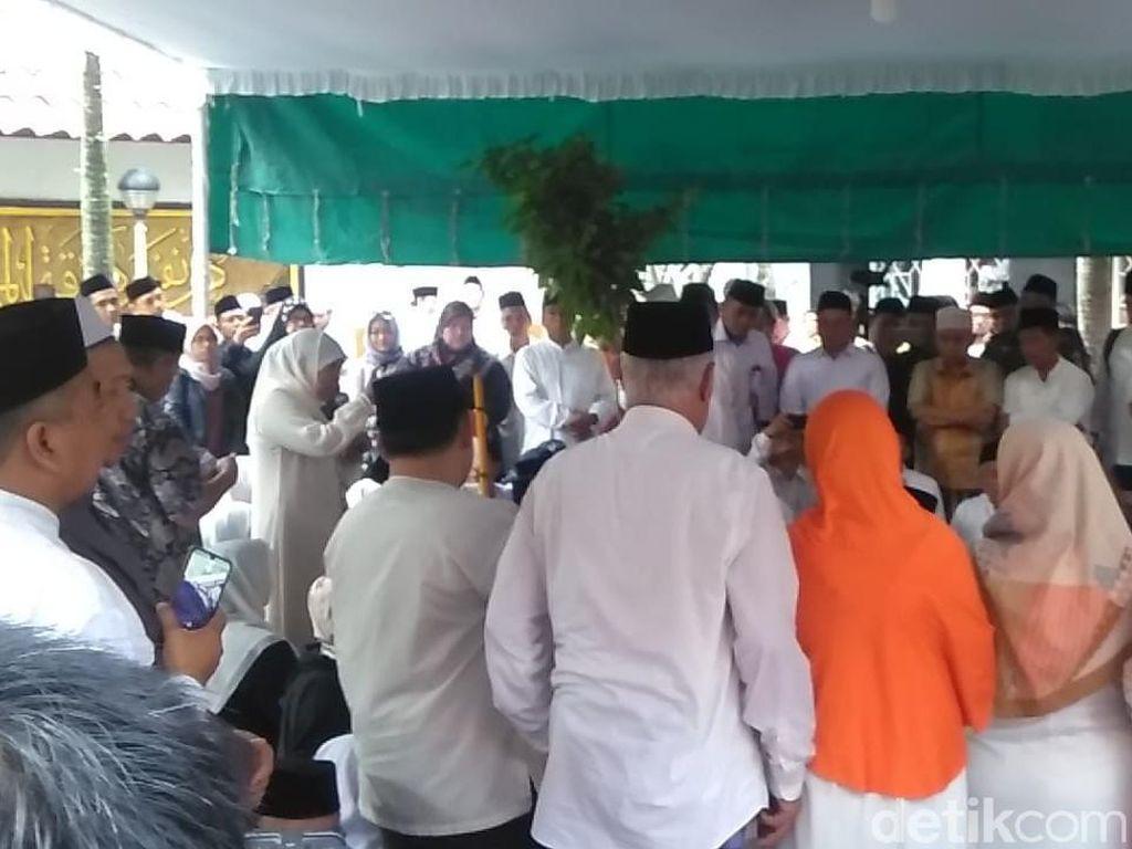 Tangis Khofifah Pecah saat Beri Sambutan di Pemakaman Gus Sholah