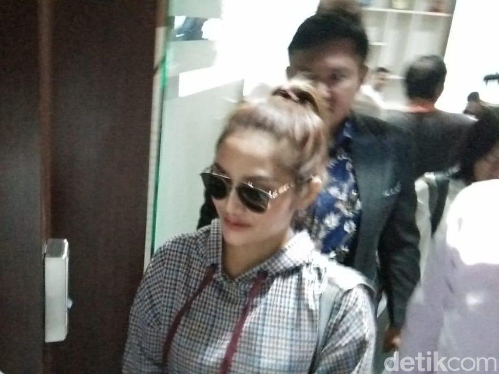 Siti Badriah Datangi Polda Jatim Diperiksa soal Kasus MeMiles