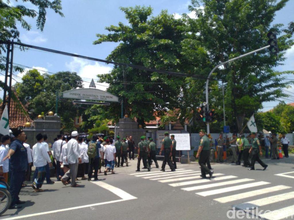 300 Polisi Diterjunkan Amankan Pemakaman Gus Sholah di Jombang