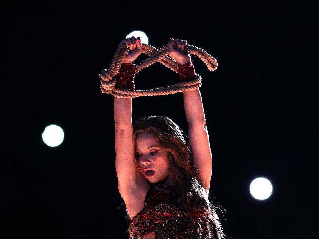 Viral Lidah Shakira Melet-melet di Super Bowl 2020 Ternyata Ini Maknanya