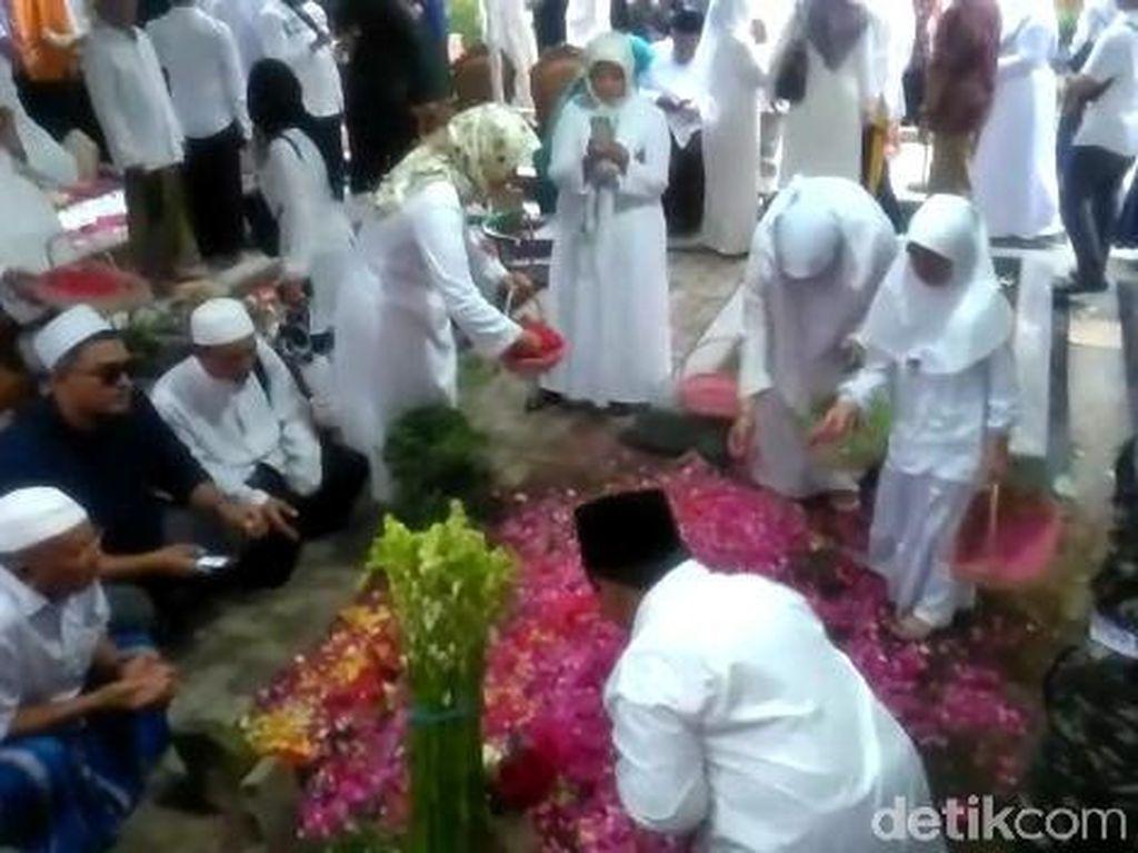 Khofifah Sebut Ada Tiga Mandat Gus Sholah Saat Pemakaman di Tebuireng
