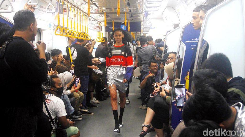 10 Aksi Model Saat Jadikan Gerbong MRT Sebagai Catwalk Fashion Show