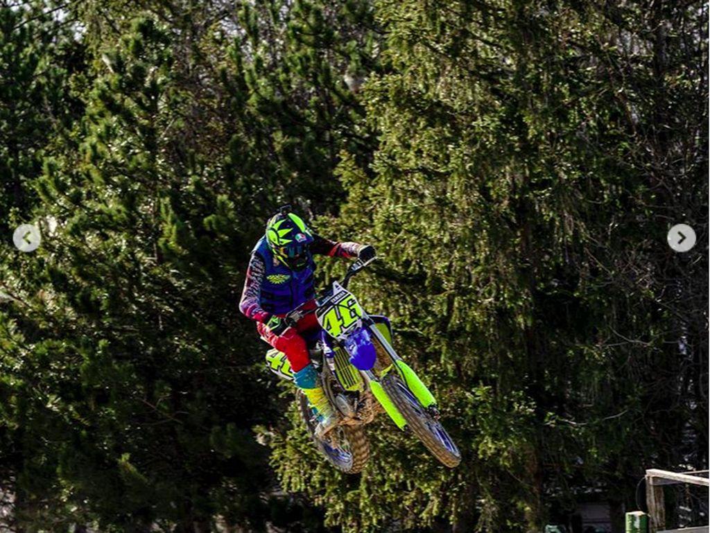 Ini Motor Motocross yang Dipakai Rossi Terbang
