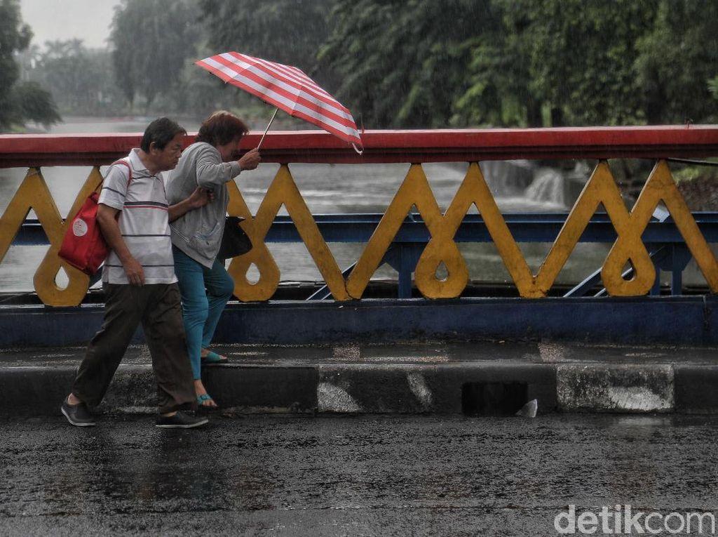Diguyur Hujan Sejak Dini Hari, Begini Prakiraan Cuaca DKI Jakarta Hari Ini