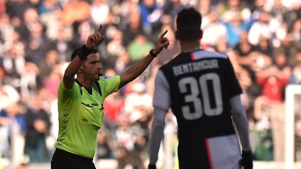 TURIN, ITALY - FEBRUARY 02: The referee Fabrizio Pasqua awards a penalty for Juventus following a VAR check during the Serie A match between Juventus and  ACF Fiorentina at Allianz Stadium on February 02, 2020 in Turin, Italy. (Photo by Tullio M. Puglia/Getty Images)