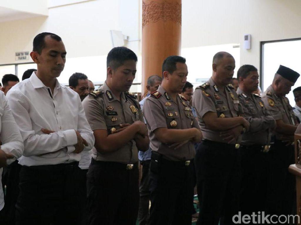 Sosok yang Patut Ditauladani, Polisi Gresik Salat Gaib untuk Gus Sholah