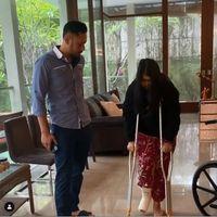 Anak Patah Tulang, Agus Yudhoyono Temani Belajar Menggunakan Tongkat