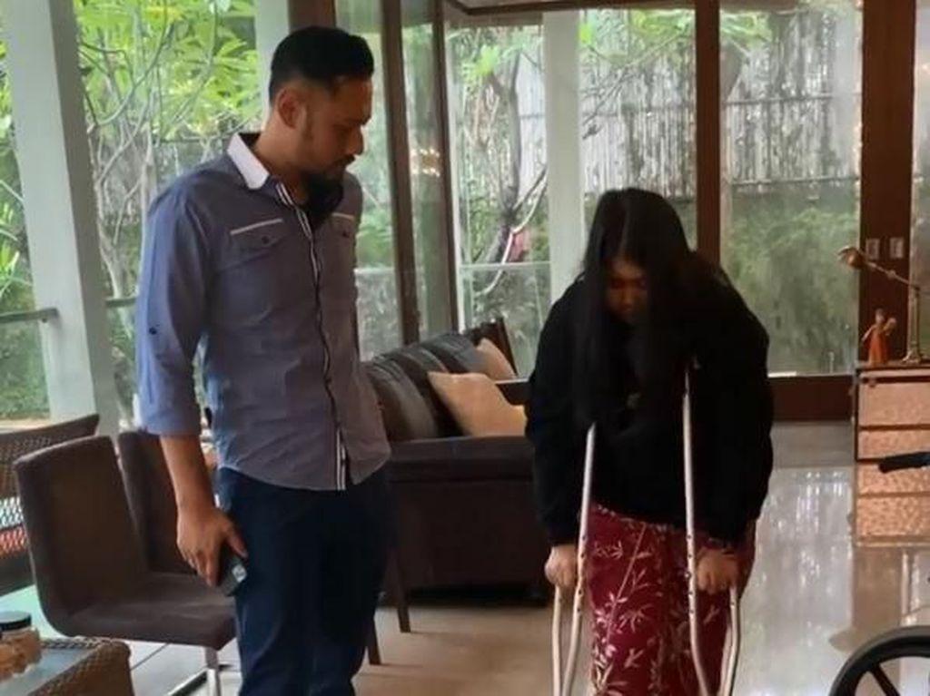 Alami Fraktur di Kaki, Cucu SBY Pakai Tongkat untuk Belajar Jalan