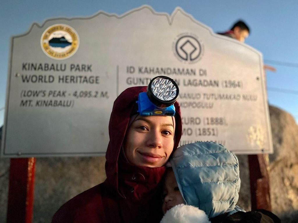Keren! Ibu Berhijab Daki Gunung Kinabalu Sambil Gendong Batita