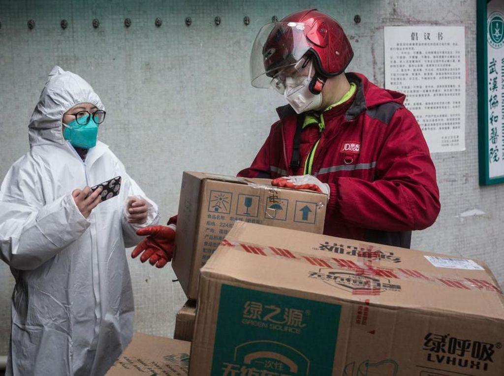 Pria Ini Bikin Sendiri Hazmat Anti Corona dari Kantong Plastik Sampah