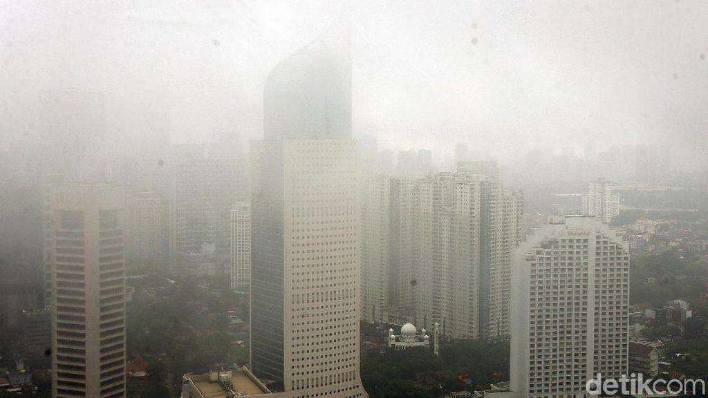 Kabut Selimuti Gedung Pencakar Langit di Jakarta