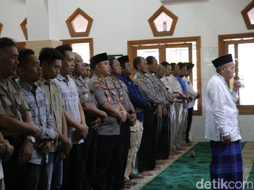 Ratusan Personel Polres Jombang Salat Gaib Doakan Gus Sholah
