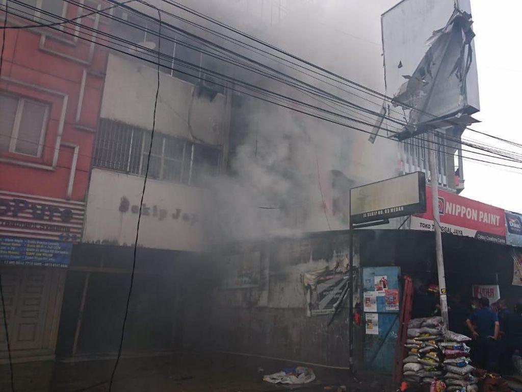 Kebakaran Ruko di Medan Diduga Gegara Dupa, 2 Orang Terluka