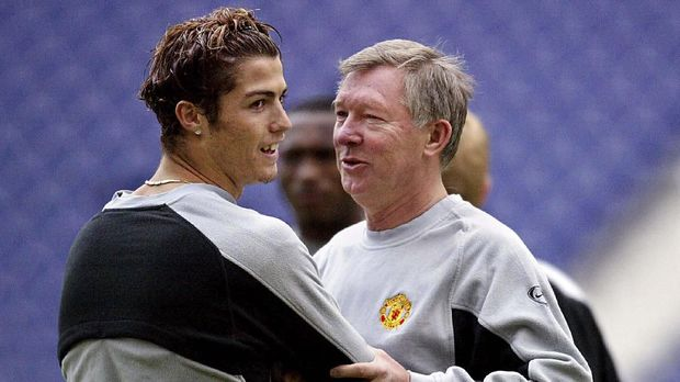 Manchester United manager Sir Alex Ferguson (R) with Manchester United's striker Cristiano Ronaldo (L) at the training session at the Dragon stadium in Porto 24 February 2004. The training session is a day a head of the clash between FC Porto and Manchester United for the UEFA Champoins League first group, knock out round, first leg. AFP PHOTO Nicolas ASFOURI. (Photo by NICOLAS ASFOURI / AFP)