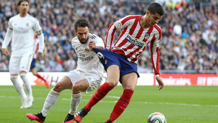 MADRID, SPAIN - FEBRUARY 01: Alvaro Morata of Atletico Madrid is challenged by Daniel Carvajal of Real Madrid during the Liga match between Real Madrid CF and Club Atletico de Madrid at Estadio Santiago Bernabeu on February 01, 2020 in Madrid, Spain. (Photo by Angel Martinez/Getty Images)