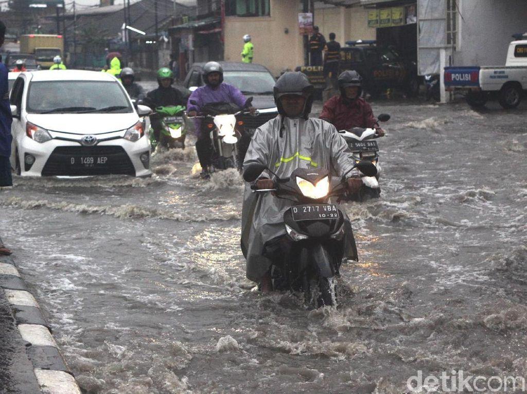 Nekat Terobos Banjir di Jalan Raya Bandung-Garut, Sejumlah Motor Mogok