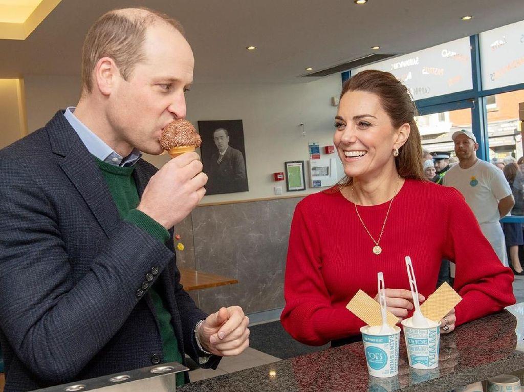 Momen Manis Pangeran William dan Kate Middleton Nikmati Es Krim di Wales