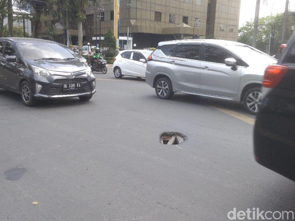Duh... Lubang di Jalanan Medan Bikin Pemotor Waswas