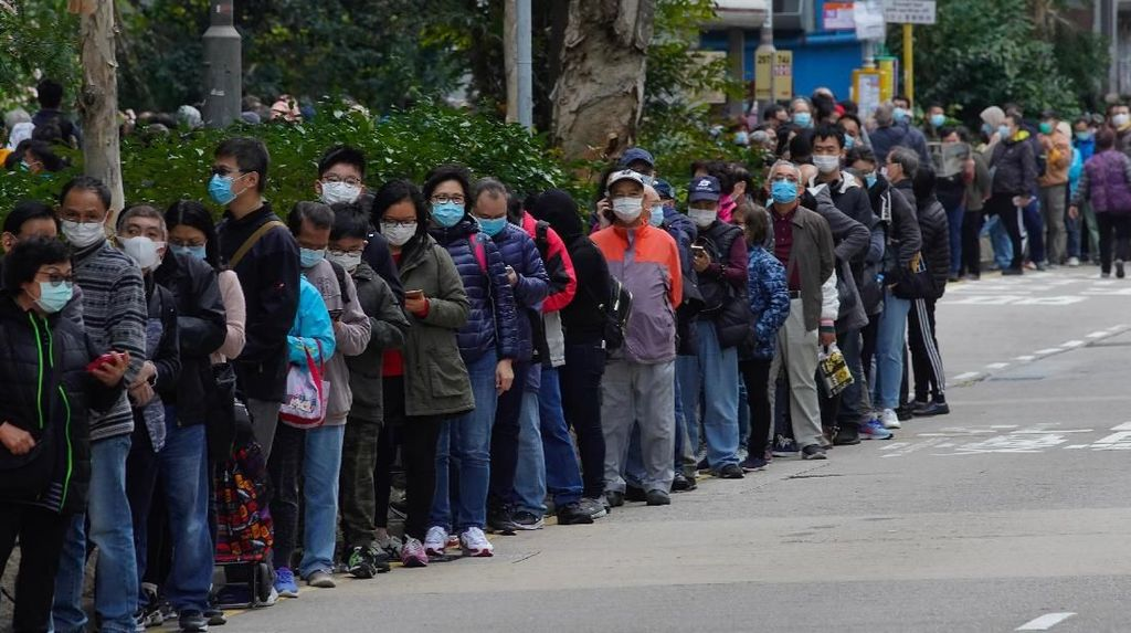 Antrean Panjang Pembeli Masker di Hong Kong