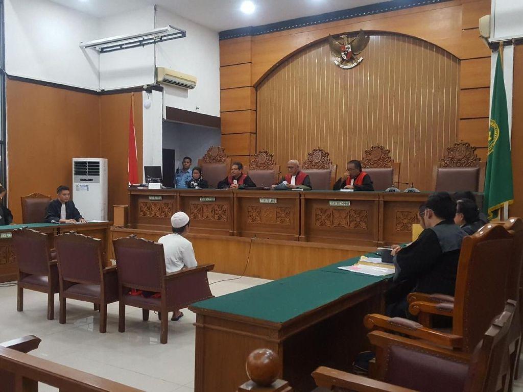 Sopir Taksi Online Ari Darmawan Dituntut 3 Tahun Penjara