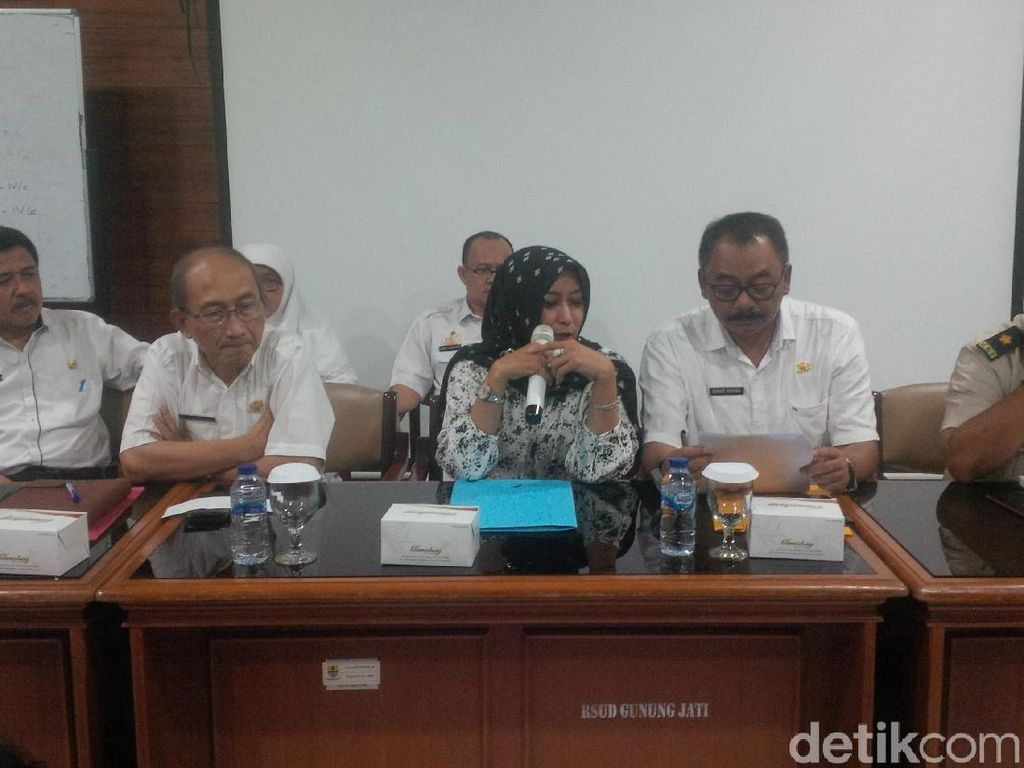 WN China yang Diisolasi di RSD Gunung Jati Cirebon Lagi Belajar Tari Topeng