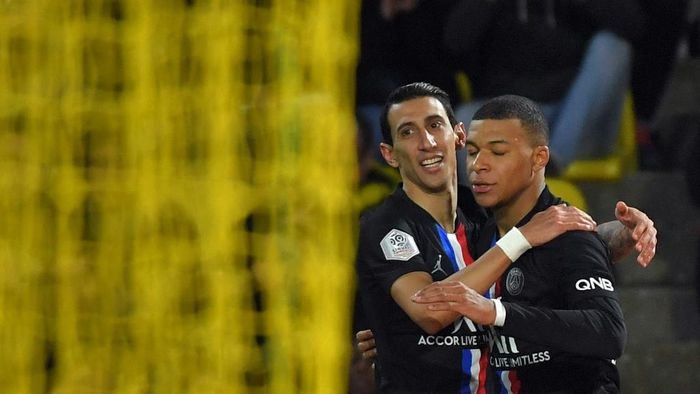 Paris Saint-Germains Argentine midfielder Angel Di Maria (2ndR) celebrates his teams first goal with Paris Saint-Germains French forward Kylian Mbappe during the French L1 football match between Nantes (FCNA) and Paris Saint-Germain (PSG) on February 4, 2020 at La Baujeoire stadium in Nantes, western France. (Photo by LOIC VENANCE / AFP)