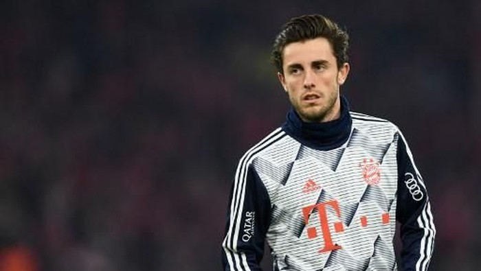 Bayern Munichs new Spanish defender Alvaro Odriozola warms up prior to the German first division Bundesliga football match Bayern Munich v Schalke 04 in Munich on January 25, 2020. (Photo by Christof STACHE / AFP) / DFL REGULATIONS PROHIBIT ANY USE OF PHOTOGRAPHS AS IMAGE SEQUENCES AND/OR QUASI-VIDEO
