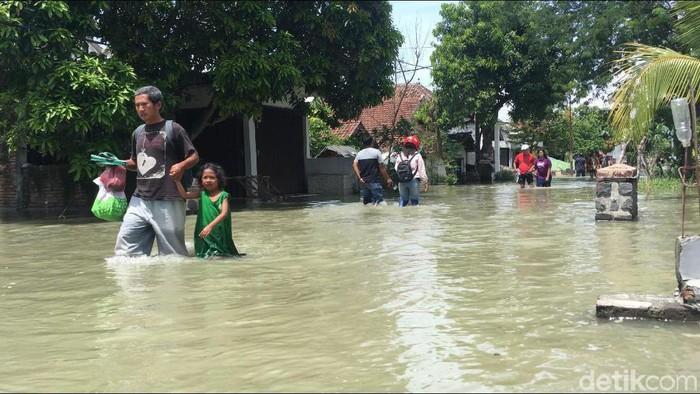 Kesedihan Ribuan Warga Mojokerto dan Jombang Dikepung Banjir Sejak 3 Hari