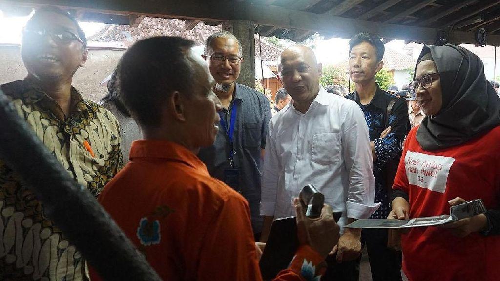 Menkop Kunjungi Sentra Industri Cangkul di Klaten