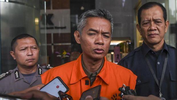 Tersangka kasus dugaan korupsi penetapan pergantian antar waktu anggota DPR periode 2019-2024 Wahyu Setiawan menjawab pertanyaan wartawan usai menjalani pemeriksaan di gedung KPK, Jakarta, Rabu (5/2/2020). Mantan Komisioner KPU tersebut diperiksa sebagai saksi untuk tersangka Harun Masiku.  ANTARA FOTO/Muhammad Adimaja/ama.