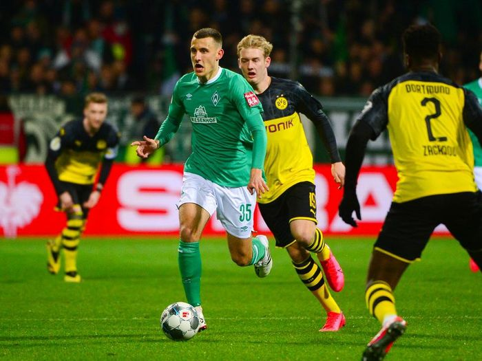 Bremens German midfielder Maximilian Eggestein (L) and Dortmunds German forward Julian Brandt vie for the ball during the German Cup (DFB Pokal) round of 16 football match Werder Bremen v Dortmund in Bremen, northern Germany on February 4, 2020. (Photo by Patrik Stollarz / Patrik Stollarz / AFP) / DFB REGULATIONS PROHIBIT ANY USE OF PHOTOGRAPHS AS IMAGE SEQUENCES AND QUASI-VIDEO.