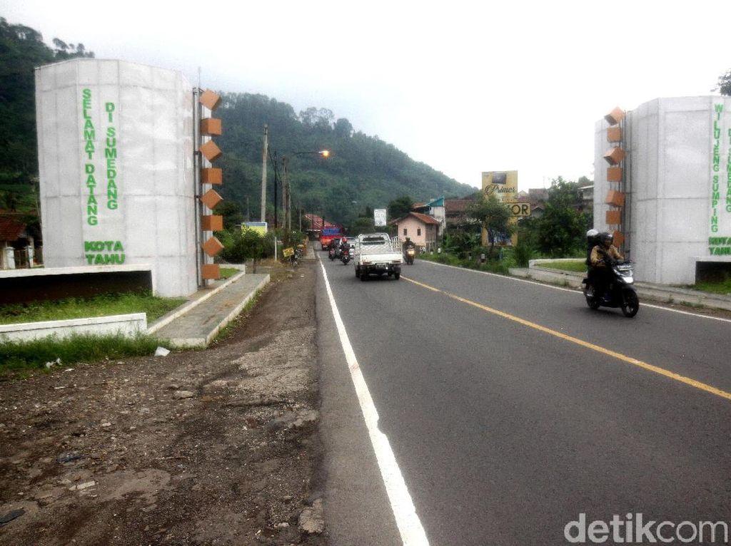 Gapura Sumedang Kota Kardus, Bupati: Saya Juga Kecewa