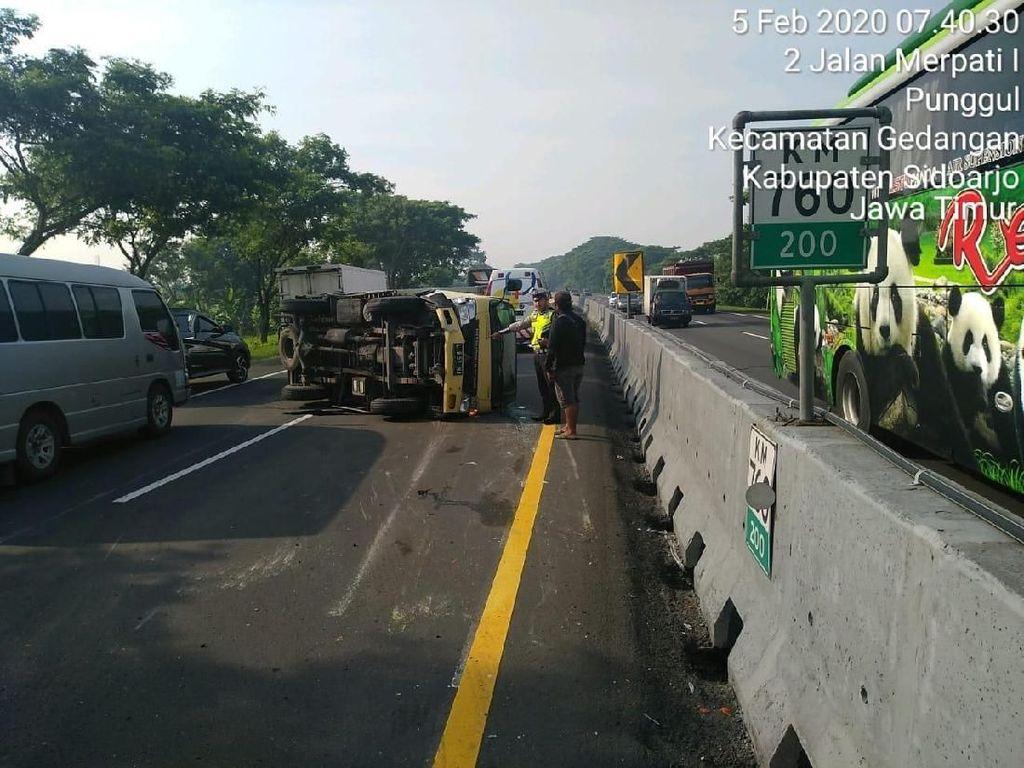 Sebuah Truk Terguling di Tol Sidoarjo hingga Tutup 2 Lajur