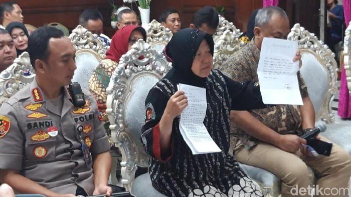 Risma menunjukkan surat permintaan maaf yang ditulis Zikria Dzatil (Foto: Amir Baihaqi)