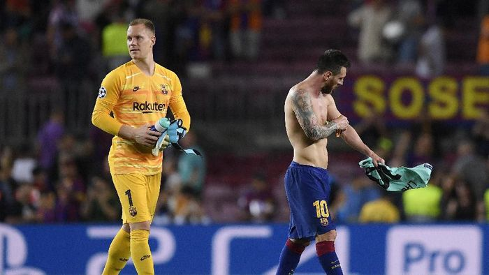 BARCELONA, SPAIN - OCTOBER 02: Marc-André ter Stegen and Lionel Messi of FC Barcelona after the match during the UEFA Champions League group F match between FC Barcelona and FC Internazionale at Camp Nou on October 02, 2019 in Barcelona, Spain. (Photo by Alex Caparros/Getty Images)