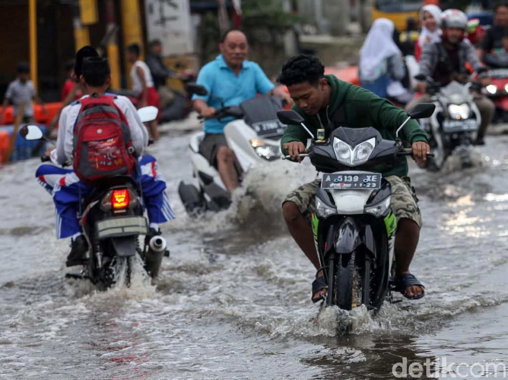 Jalanan Jakarta Tergenang: Kelapa Gading, Pulo Gadung, hingga Kemang