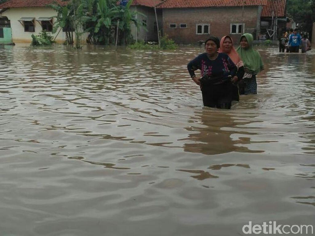 Sungai Wangan Ayam-Ciwaringin Meluap, 8 Desa di Cirebon Terendam Banjir