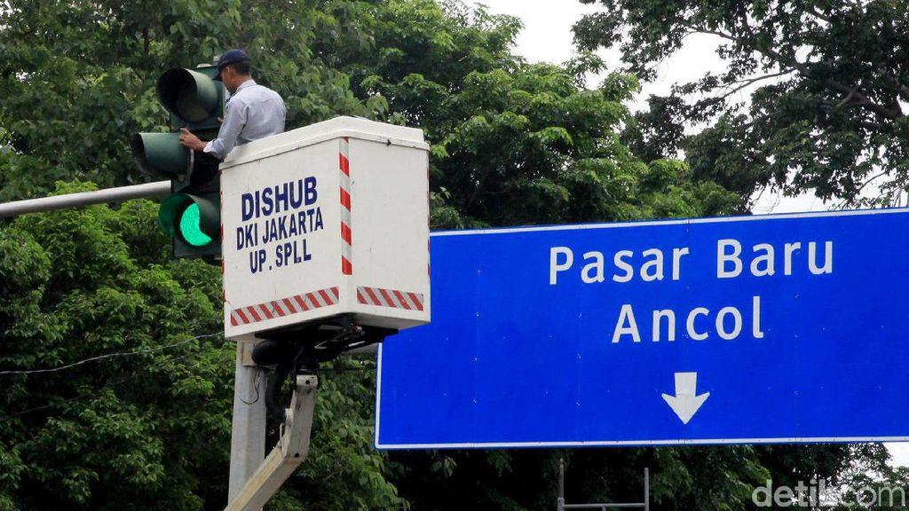 Aksi Petugas Dishub Merawat Lampu Lalu Lintas
