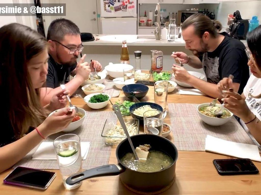 Begini Ekspresi BuleSaat Pertama Kali Makan Bakso Beranak