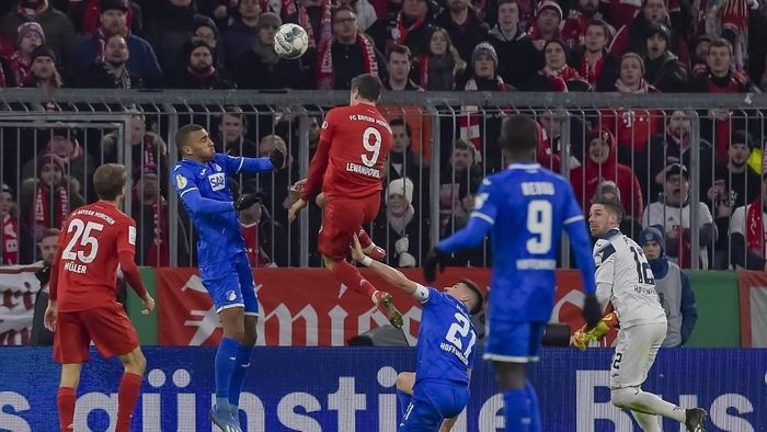 Bayern Munichs Polish forward Robert Lewandowski (C) scores the 3-1 goal with his head during the German Cup (DFB Pokal) round of 16 football match FC Bayern Munich v TSG 1899 Hoffenheim in Munich, southern German on February 5, 2020. (Photo by GUENTER SCHIFFMANN / AFP) / DFB REGULATIONS PROHIBIT ANY USE OF PHOTOGRAPHS AS IMAGE SEQUENCES AND QUASI-VIDEO.M