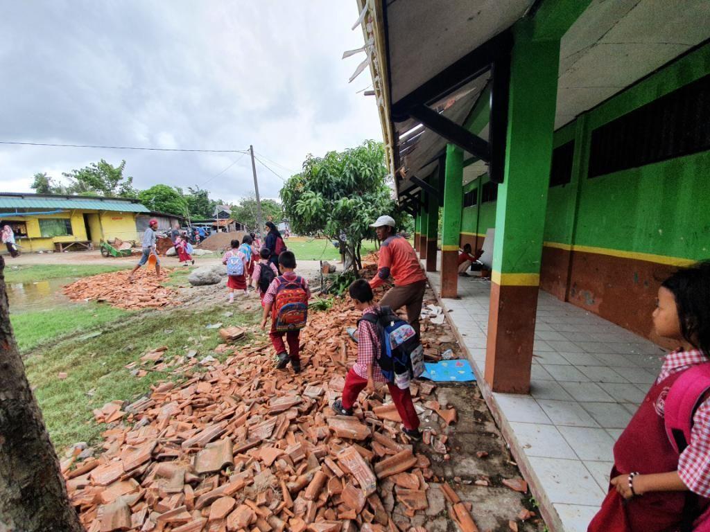 Siswa SDN Samuderajaya 04 Bekasi Belajar di Tengah Renovasi