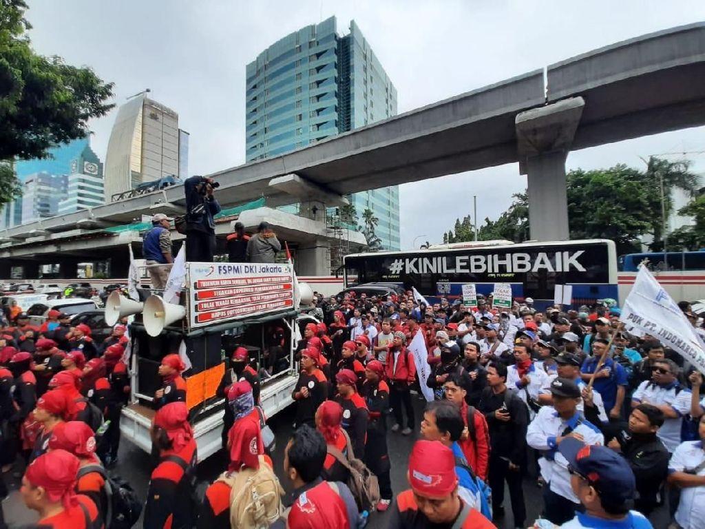 Massa Berdatangan ke Depan Kemenkes, Lalin Rasuna ke Menteng Tersendat