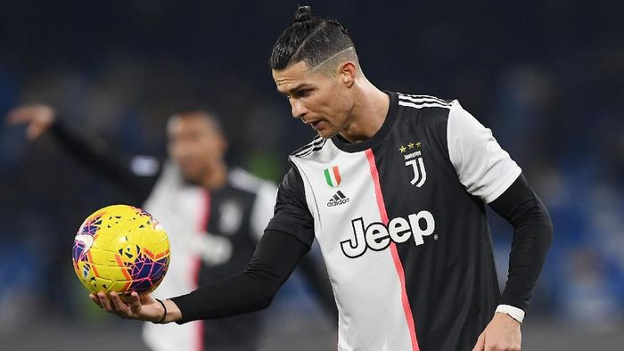 NAPLES, ITALY - JANUARY 26: Cristiano Ronaldo of Juventus holds the ball during the Serie A match between SSC Napoli and  Juventus at Stadio San Paolo on January 26, 2020 in Naples, Italy. (Photo by Francesco Pecoraro/Getty Images)