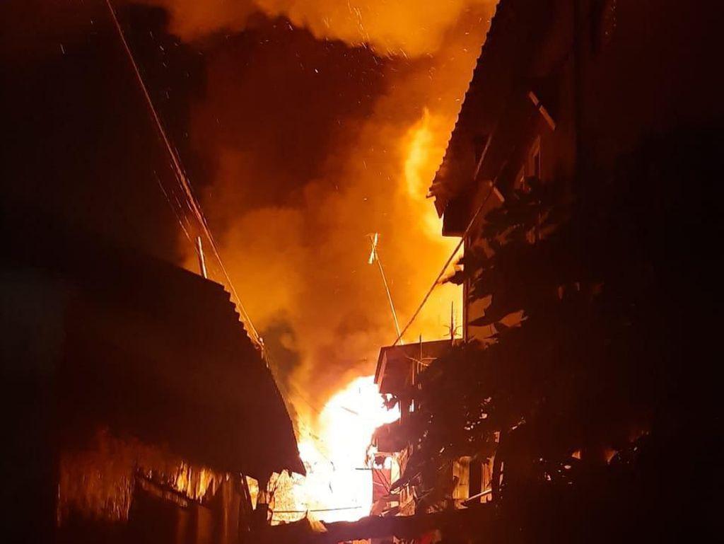 Rumah di Taman Sari Jakbar Kebakaran, 24 Mobil Damkar Meluncur ke Lokasi