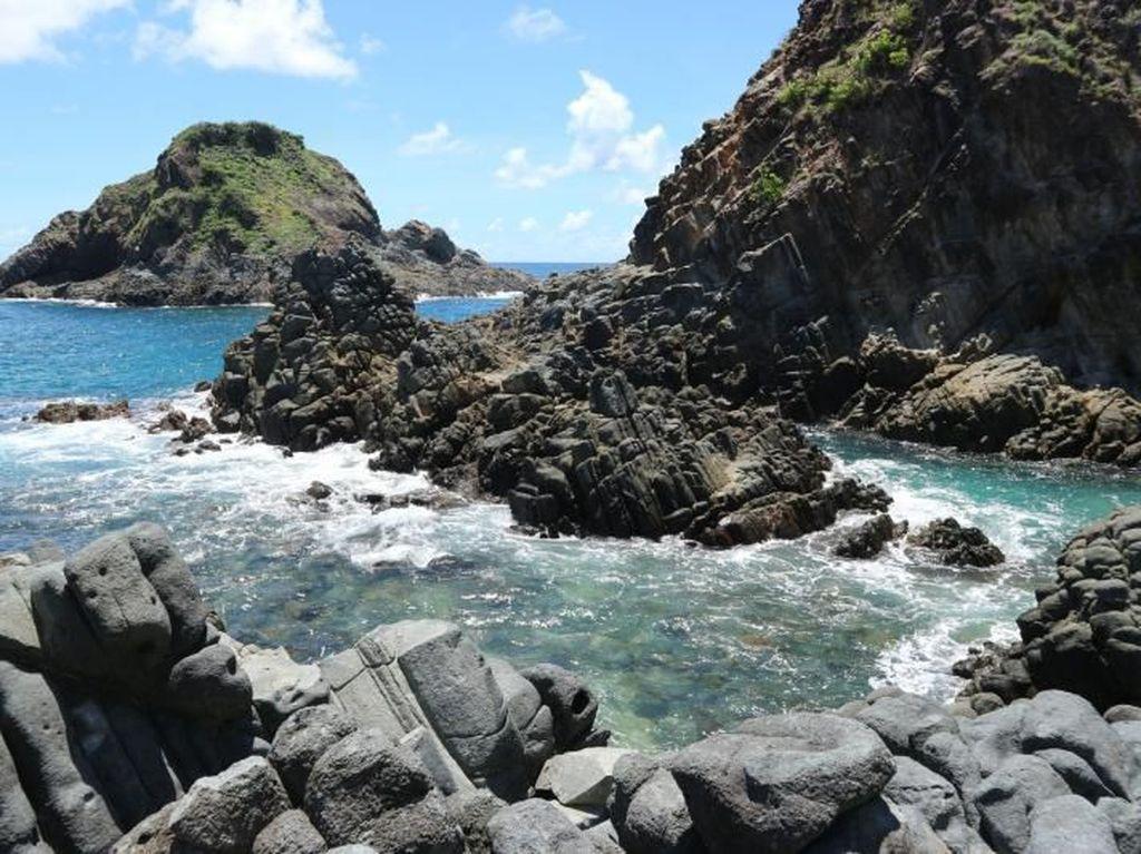 Eloknya Pantai Telawas, Pantai Berbatu Karang di Lombok
