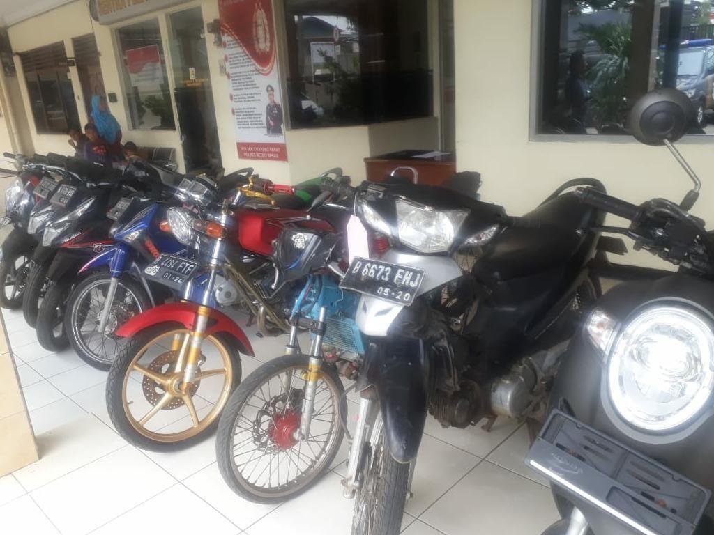 5 Begal Bersenjata Celurit dan Pistol Mainan di Bekasi Ditangkap