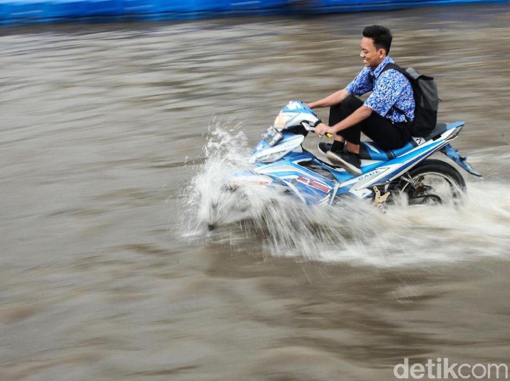 Aksi Nekat Pemotor Terobos Banjir di Tangerang