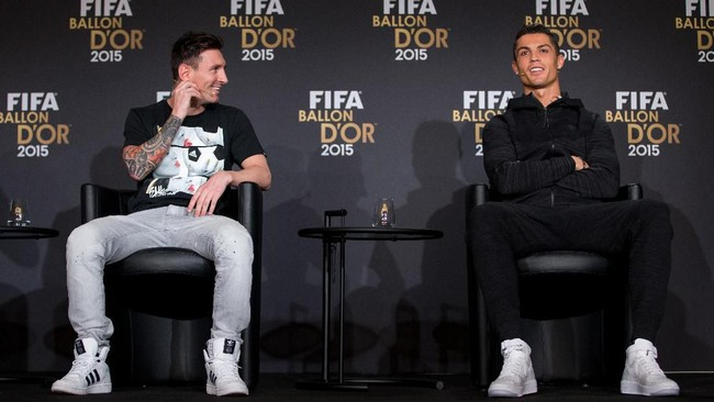 ZURICH, SWITZERLAND - JANUARY 11: FIFA Ballon dOr nominees Lionel Messi of Argentina and FC Barcelona (L) and Cristiano Ronaldo of Portugal and Real Madrid (R) attend a press conference prior to the FIFA Ballon dOr Gala 2015 at the Kongresshaus on January 11, 2016 in Zurich, Switzerland. (Photo by Philipp Schmidli/Getty Images)
